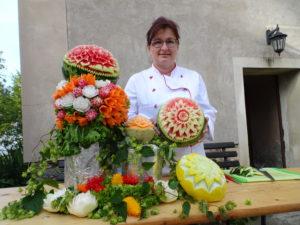 Kunstvoll geschnitztes Obst und Gemüse beim Gemeindefest 2016
