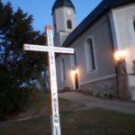 """Holzkreuz mit der Aufschrift """"Der HERR ist Auferstanden. Er is wahrhaftig Auferstanden."""" am Ostermorgen vor der St. Andreas Kirche"""