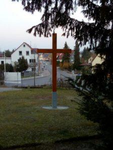 Neu errichtetes Holzkreuz an der Kirche St. Andreas
